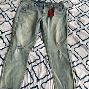 LEVI'S | 18 | Bleach Distressed HighRise Skinny's